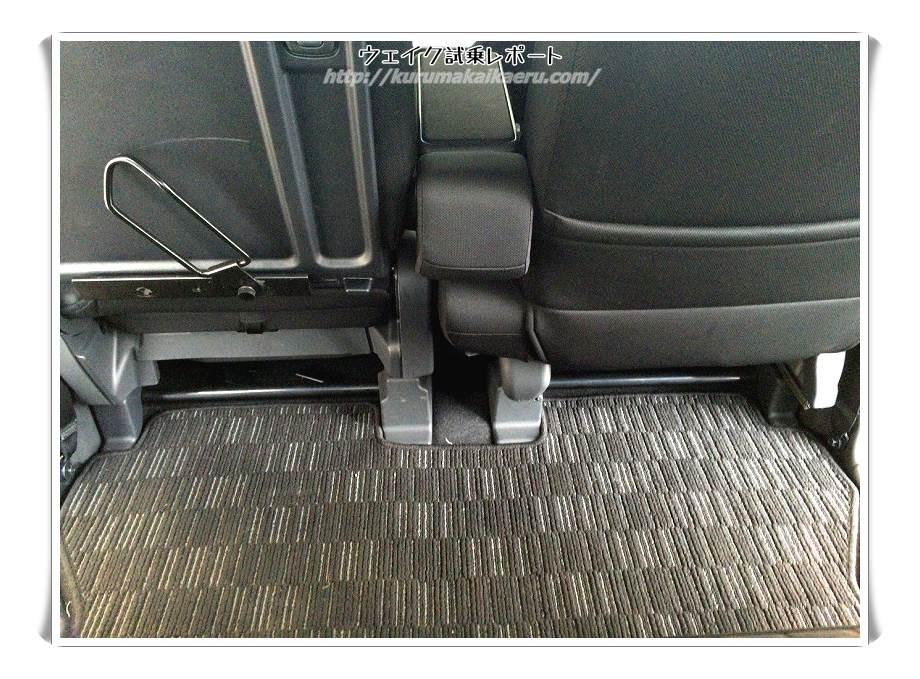 ダイハツウェイク 内装 後部座席 足元